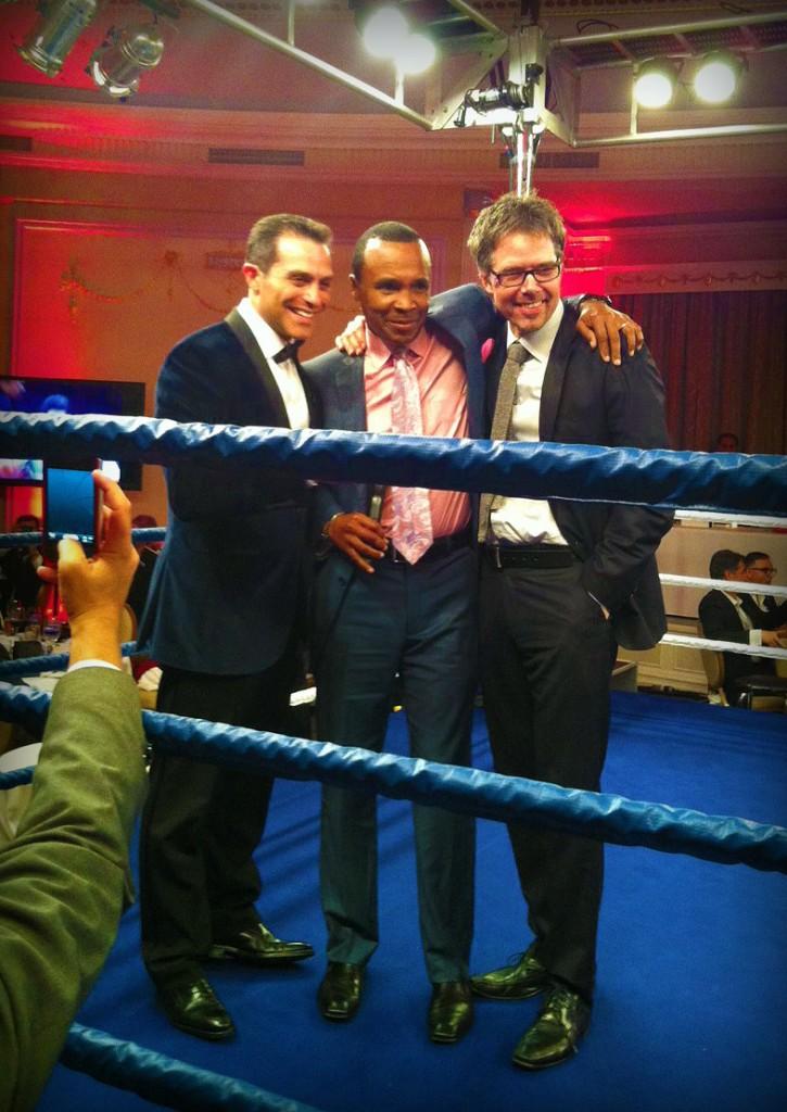 Sugar Ray Leonard prend la pose avec Alexandre Choko à gauche et Marc Hallé à droite.